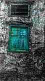 Das alte Aquafenster stockfoto