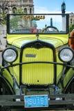 Das alte Auto mit Zahl auf der Straße von Kuba Lizenzfreie Stockbilder