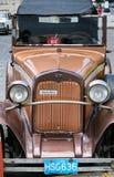 Das alte Auto mit Zahl auf der Straße von Kuba Stockfotos