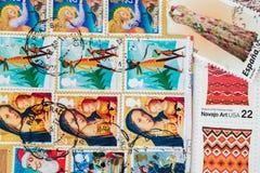 Das alte benutzte gedruckte Porto stempelt aus verschiedenen Ländern als Hintergrund Für Muster Tapete, Fahnendesign Lizenzfreie Stockbilder