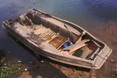 Das alte Boot auf dem Fluss Stockfotos