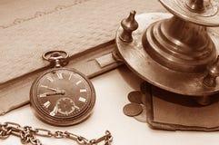 Das alte Buch, die alte Uhr und das Geld Stockfotos