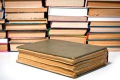 Das alte Buch ist auf dem Hintergrund anderer Bücher ein großes geschossenes großes Lizenzfreie Stockbilder