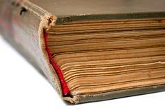Das alte Buch ist auf dem Hintergrund anderer Bücher ein großes geschossenes großes Stockfoto