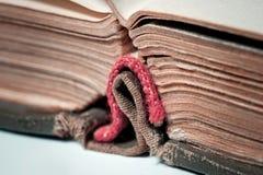 Das alte Buch ist auf dem Hintergrund anderer Bücher ein großes geschossenes großes Stockbild