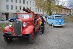 Das alte Chevrolet-Löschfahrzeug und das Kleinbus Volkswagen-T1 auf der offenen Ausstellung eines Retro- Transportes Lizenzfreies Stockbild