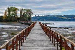 Das alte Dock, das zu einer Insel verbindet, Chiloé ist Lizenzfreie Stockfotos