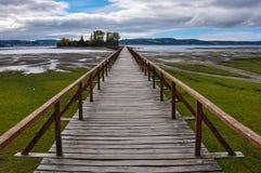 Das alte Dock, das zu einer lokalisierten Insel verbindet, Chiloé ist Lizenzfreie Stockfotografie