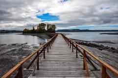 Das alte Dock, das zu einer lokalisierten Insel verbindet, Chiloé ist Stockfoto