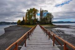 Das alte Dock, das zu einer lokalisierten Insel verbindet, Chiloé ist Lizenzfreies Stockfoto