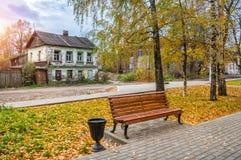 Das alte Einsturzhaus in Tver Stockfotos