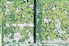 Das alte Fenster mit grünen geschlossenen Fensterläden auf einem alten Haus Vinta Lizenzfreie Stockfotografie