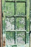 Das alte Fenster mit grünen geschlossenen Fensterläden auf einem alten Haus Vinta Lizenzfreie Stockbilder