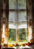Das alte Fenster Tomatenlüge nahe einem Fenster Stockbild