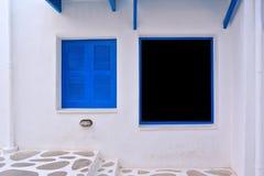 Das alte geöffnete Fenster mit blauen Blendenverschlüssen Lizenzfreie Stockfotografie