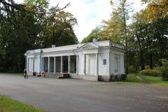 Das alte Gebäude des musikalischen Pavillons von Tsarist Zeiten im Park auf Krestovsky-Insel stockbilder