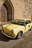 Das alte gelbe Hochzeitsauto Stockfotografie