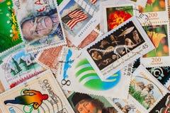 Das alte gelegentliche benutzte gedruckte Porto stempelt aus verschiedenen Ländern und unterschiedlicher Zeit Für Muster Tapete,  Lizenzfreie Stockfotos