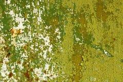 Das alte grüne Metall und das Weiß malten Hintergrund mit Streifen des Rosts Stockfoto