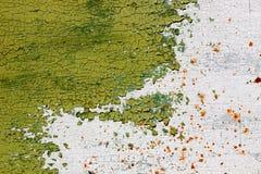 Das alte grüne Metall und das Weiß malten Hintergrund mit Streifen des Rosts Stockbild
