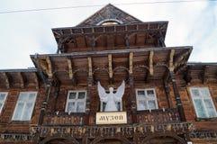 Das alte hölzerne Gebäude mit einem Engel der weißen Weihnacht Stockfotografie