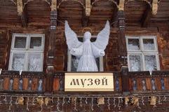 Das alte hölzerne Gebäude mit einem Engel der weißen Weihnacht Lizenzfreie Stockbilder