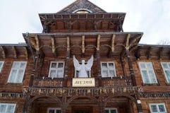 Das alte hölzerne Gebäude mit einem Engel der weißen Weihnacht Stockfotos