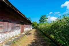 Das alte hölzerne Gebäude von Präsidentenbüro von Pilok-Bergwerk in Nationalpark Zapfen Pha Phum, Kanchanaburi-Provinz, Thailand Stockfotos