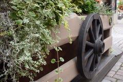 Das alte hölzerne Rad auf einem Heu stockbilder