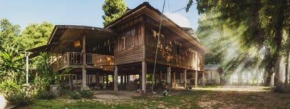 Das alte Haus im Sonnenaufgang Lizenzfreies Stockfoto