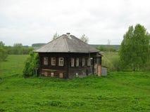 Das alte Haus und die Natur stockbild
