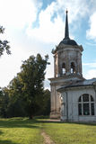 Das alte Herrenhaus in der russischen Provinz Kirche Stockfotos