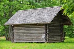 Das alte Holzhaus (die Scheune/verschüttet) im Dorf Stockbild