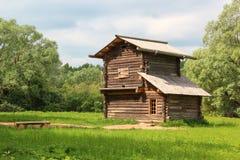 Das alte Holzhaus (die Scheune/verschüttet) im Dorf Stockbilder