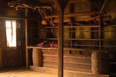 Das alte Holzhaus mit einem Stangenzähler stockfoto