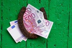 Das alte Hufeisen und das Eurogeld Stockfoto