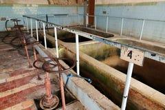 Das alte Klärwerk Altes und schädigendes Klärwerk verwüstet Rostige Ventile stockfoto