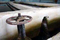 Das alte Klärwerk Altes und schädigendes Klärwerk verwüstet Rostige Ventile stockbild