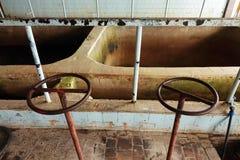 Das alte Klärwerk Altes und schädigendes Klärwerk verwüstet Rostige Ventile lizenzfreie stockfotografie