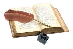 Das alte offene Buch - das Evangelium in der alten russischen Sprache.  Stockfoto