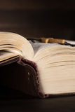 Das alte offene Buch - die heilige Bibel Lizenzfreie Stockfotografie