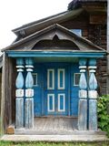 Das alte Portal des ländlichen Hauses Lizenzfreies Stockbild