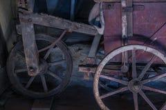 Das alte Rad eines Warenkorbes in der Scheune Lizenzfreie Stockbilder