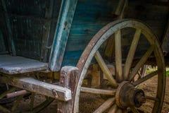 Das alte Rad eines Warenkorbes in der Scheune Stockfotografie