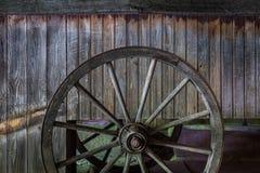 Das alte Rad eines Warenkorbes in der Scheune Lizenzfreie Stockfotos