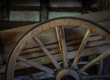 Das alte Rad eines Warenkorbes in der Scheune Stockbild