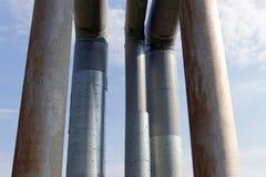 Das alte Rohr auf einem Hintergrund des blauen Himmels mit weißen Wolken Lizenzfreies Stockfoto
