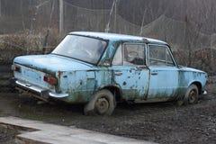 Das alte rostige Auto stockfotografie