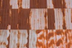 Das alte rostige gewölbte Metalleisen bedeckt Beschaffenheitshintergrund Stockfotografie