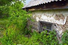 Das alte ruinierte Haus im Garten lizenzfreies stockbild